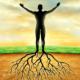 Man met gespreide armen tegen een zonnige achtergrond met uit zijn voeten wortels in de grond die de gronding symboliseren