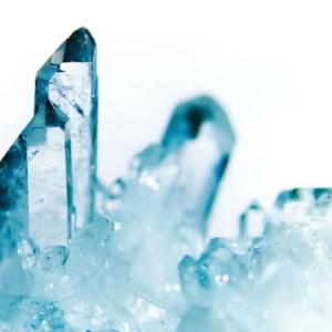 Om je te ontdoen van energetische vervuiling kun je de Bergkristal geurfrequentie gebruiken.