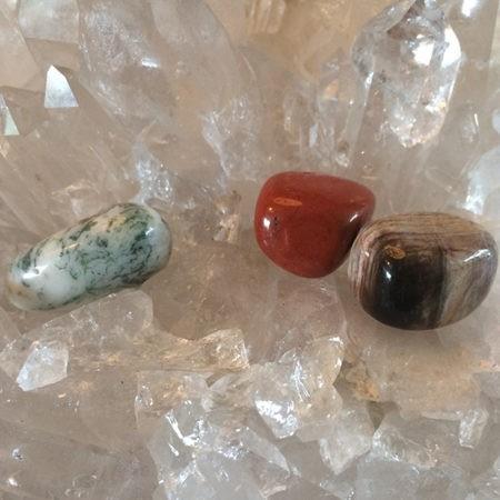Drie kristallen ondersteunend aan het thema Gronden