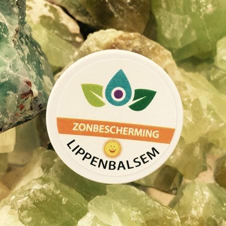 Lippenbalsem met Zonfactor op groene steen